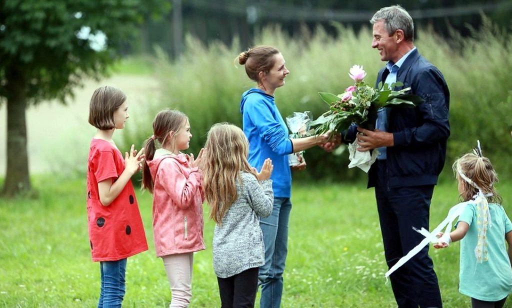 Blumen vom Bürgermeister an Katja Yilmaz