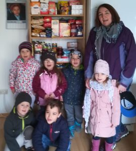 Kindergarten MGH und Grundschule Schröding spenden für Tafel